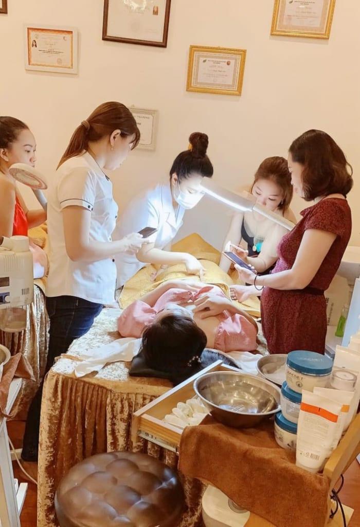 Quỳnh Mai hướng dẫn đào tạo học viên.