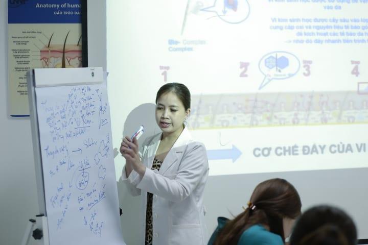 Chuyên gia da liễu Tuyết Nhung phác hoạ các vấn đề về da và cavs liệu trình trong các khoá học.